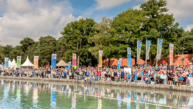 Publiek bij Swim to Fight Cancer IJzeren Man Vught