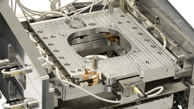 Een vacuümbestendige optische encoder (vacuüm sensor) was de oplossing voor het nauwkeurig positioneren van een sample in een unieke microscoop. De SECOM maakt correlatieve fluorescentie & elektronen microscopie mogelijk.